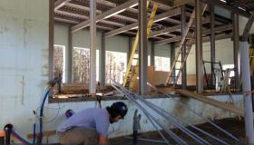 installation électrique pour une maison en structure d'acier et murs de béton. Préparation entrée électrique 400 Ampères et conduit souterrain avant la coulée du plancher.